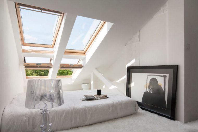 dormitorio luminoso con dos ventanas