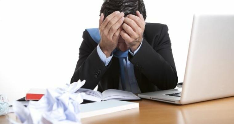 hombre sufriendo burnout