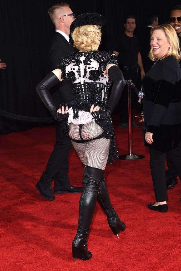 Otra tendencia que continúa con el aspecto original en la alfombra de los premios Grammys 2015 es la de los atuendos con transparencias. Este año, Joy Villa ha optado por un vestido extraño que evoca reminiscencias con un sitio de construcción. Madonna sorprendió a la audiencia con un gesto inesperado.