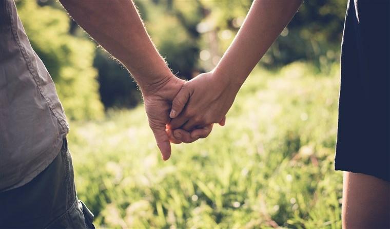mujer-hombre-cogidos-manos