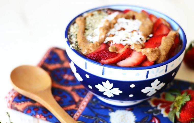 recetas-de-smoothies-bol-fruta-platano-fresas