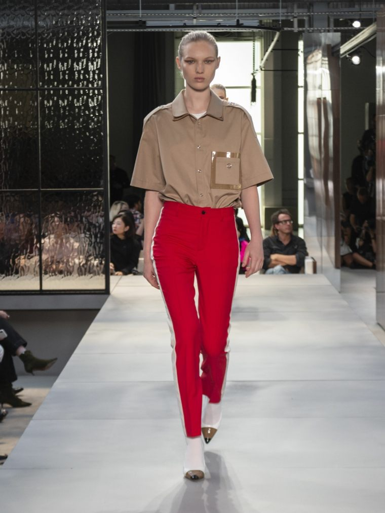 tendencias primavera verano 2019-diseno-Burberry-pantalon-rojo
