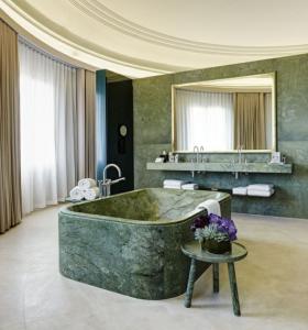 bañera de mármol verde