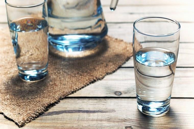 beber-mucha-agua-bueno-malo