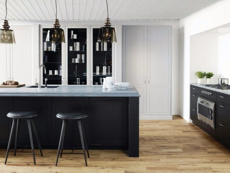cocina-negra-suelo-madera-clara