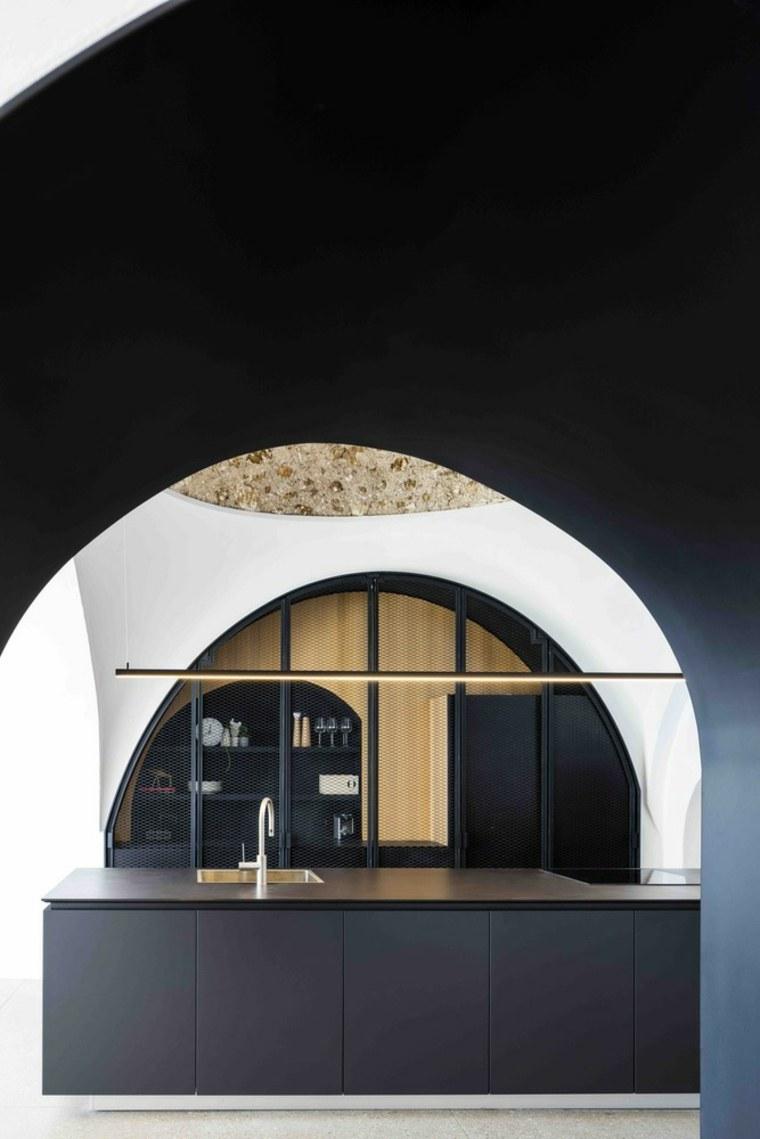 cocina-negro-madera-diseno-Pitsou-Kedem-Architects