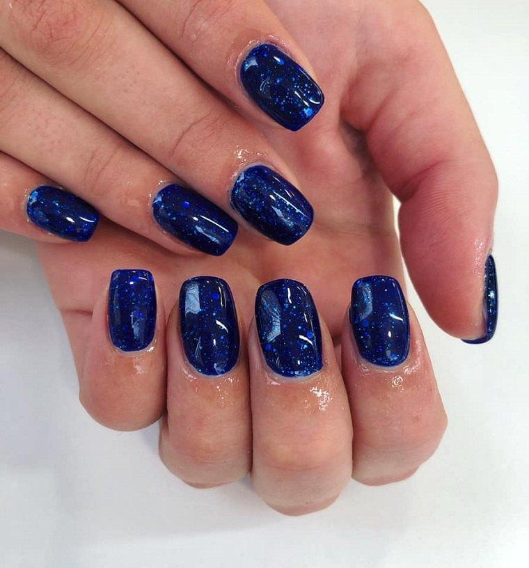 colores de uñas 2019-azul-brillo