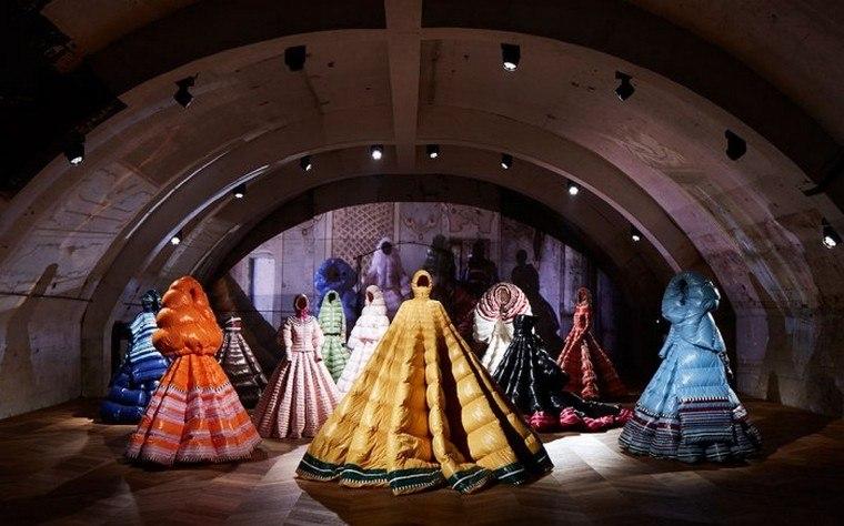 Pierpaolo Piccioli estrena una colección de vestidos con diseño inesperado