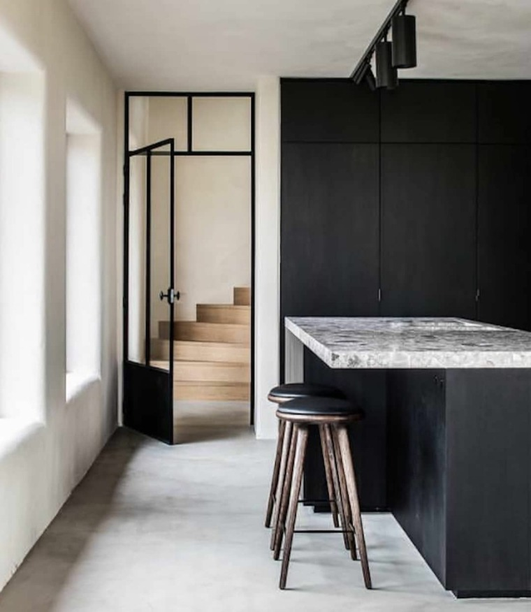 muebles-negros-cocina-blancas-paredes