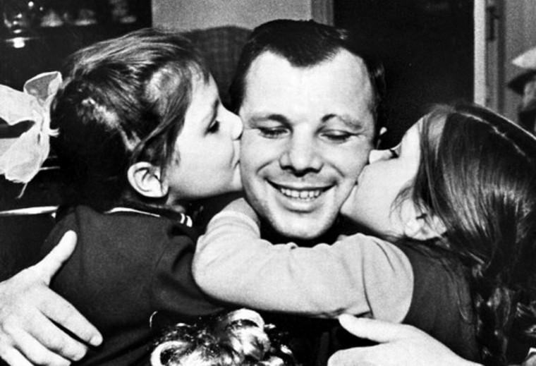 Yuri Gagarin con sus hijas