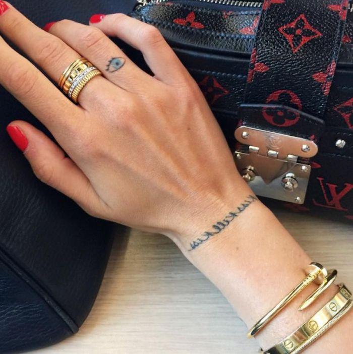 brazalete-letras-tatuaje-dedo-ojo