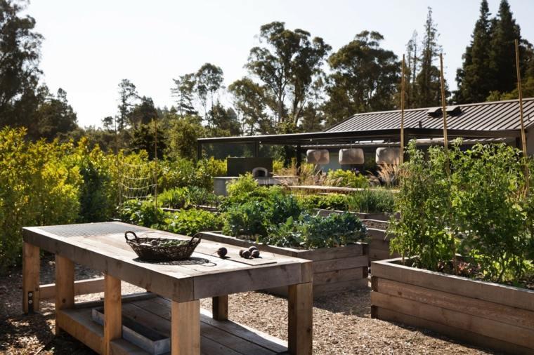 casa-con-jardin-diseno-mesa-madera