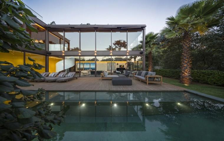 casa-con-jardin-piscina-bella