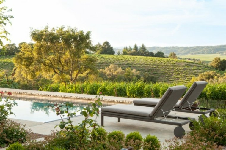 casa-con-jardin-piscinas-ideas-tumbonas