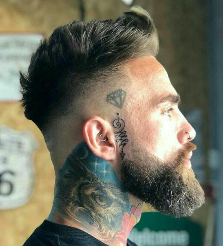 cuello tatuado y barba