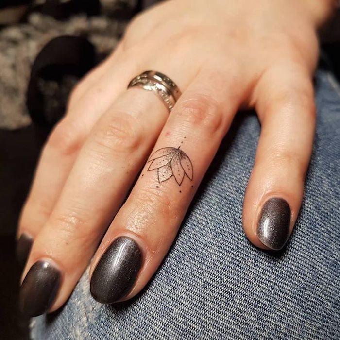 dedo-flor-loto-opciones-tatuaje