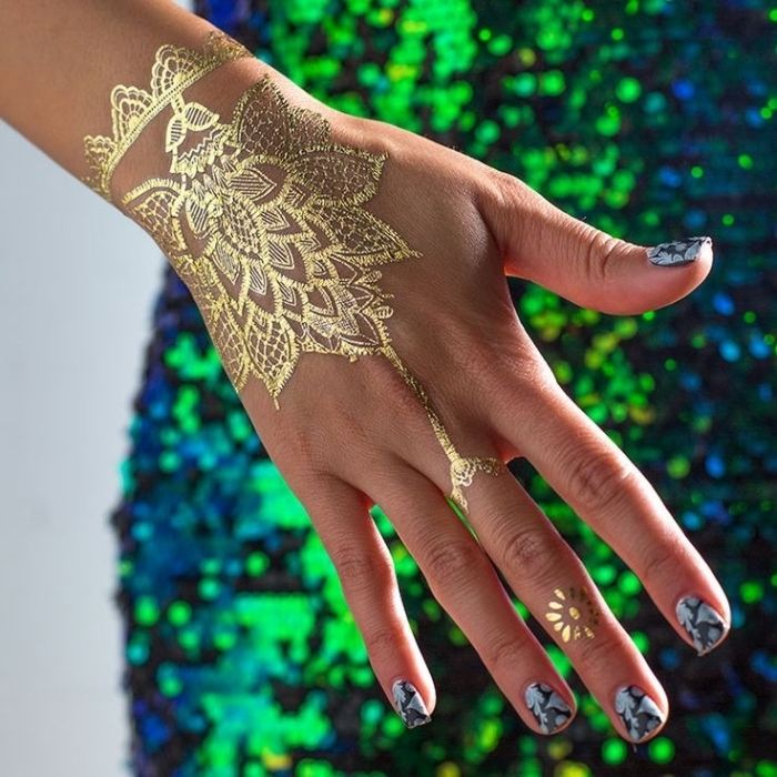henna-tattoo-mano-efecto-dorado
