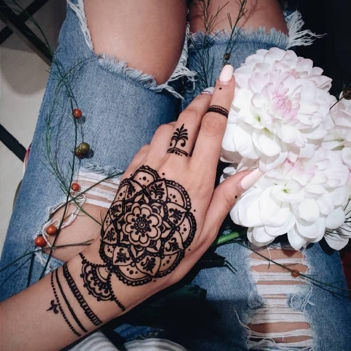 henna-tattoo-mano-petalos-flores