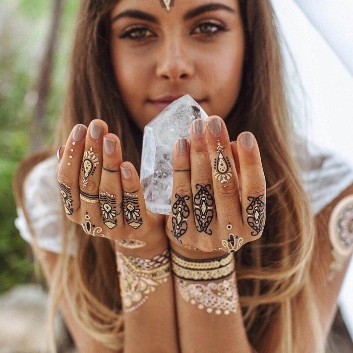 henna-tattoo-mano-tatuaje-color-negro-blanco-braccialetti-mano