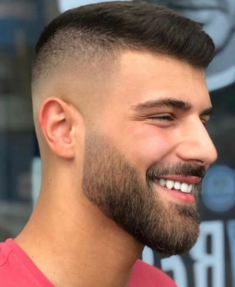 hombre con barba corta