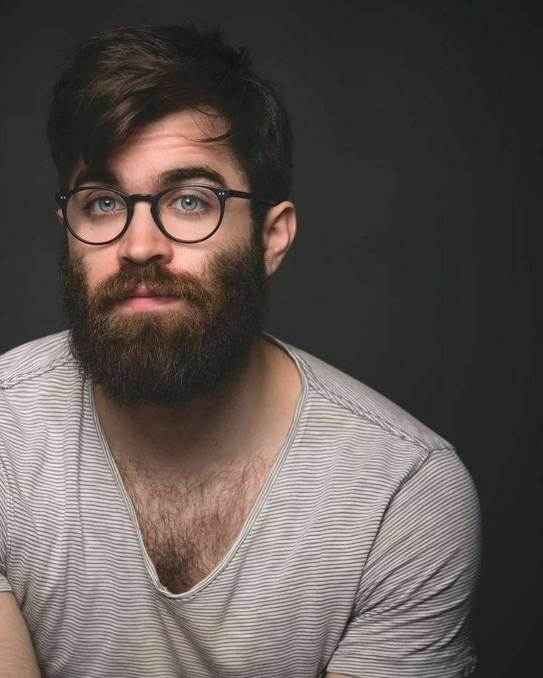 hombre con gafas y barba