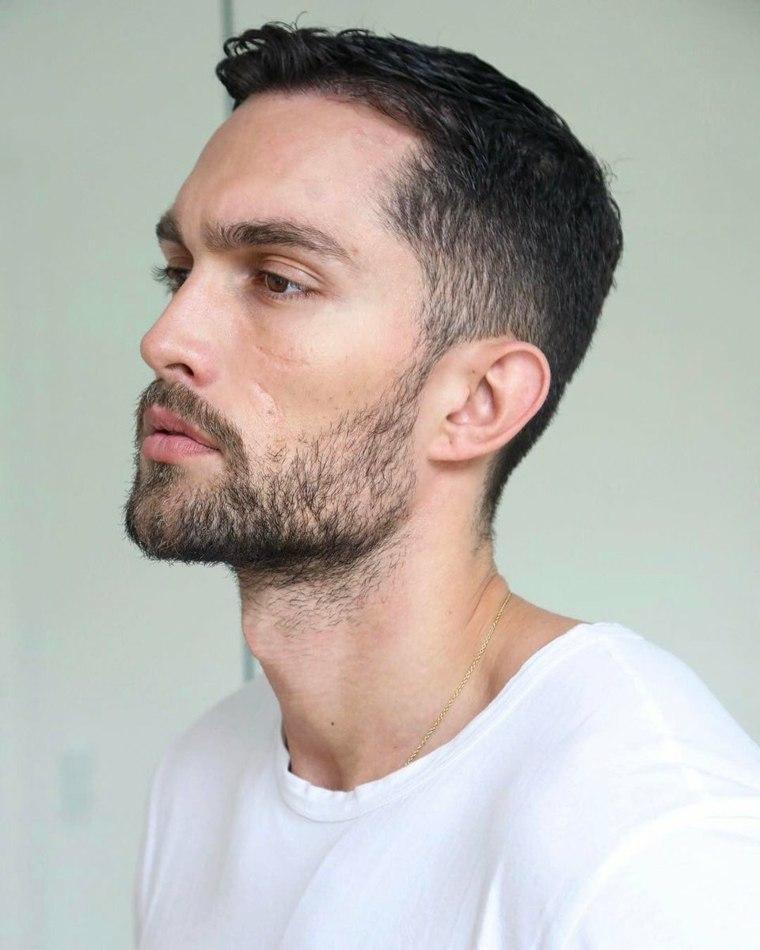 hombre-moderno-barba-corta-camiseta-blanca