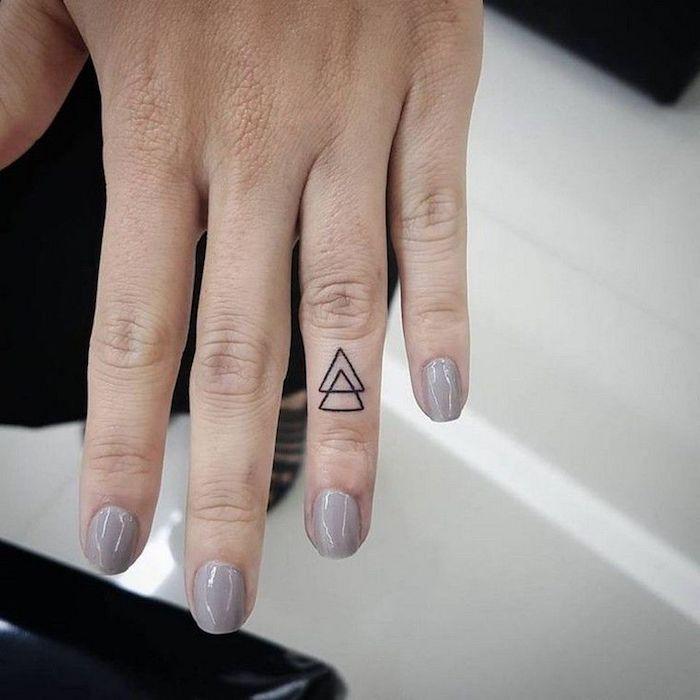 imagenes-de-tatuajes-pequenos-dos-triangulos