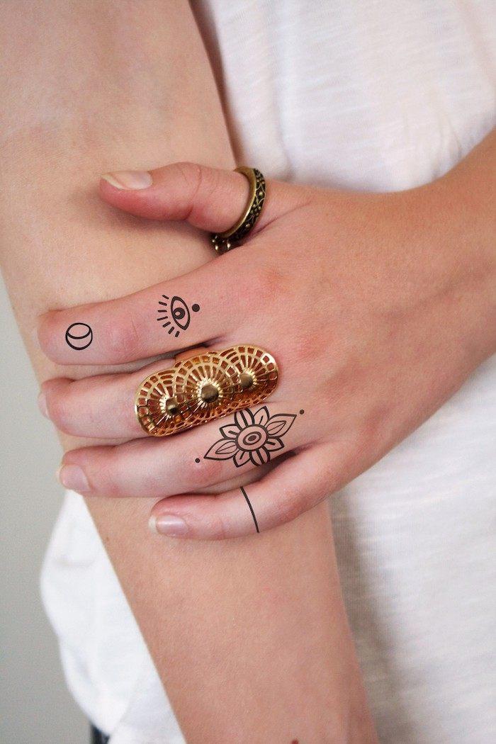 imagenes-de-tatuajes-pequenos-mandala-luna-dedos-tatuaje