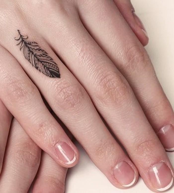 imagenes-de-tatuajes-pequenos-pluma-dedo