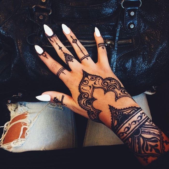 mano-tatuajes-henna-dedos