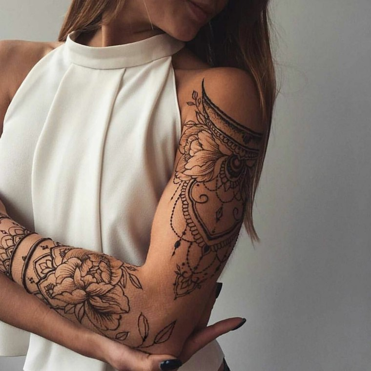 mujer-tatuaje-brazo-mandala-estilo