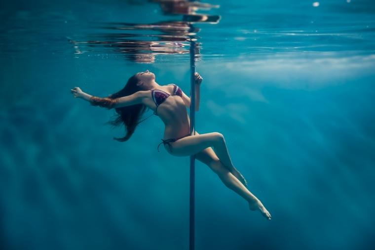 pole dance debajo del agua