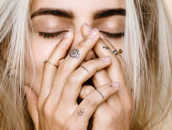 tattoo-pequeno-ojo-ra-dedos