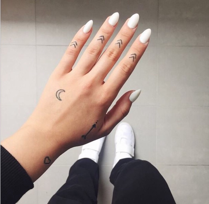 tattoo-simbolos-mano-tattoo-luna-flechas