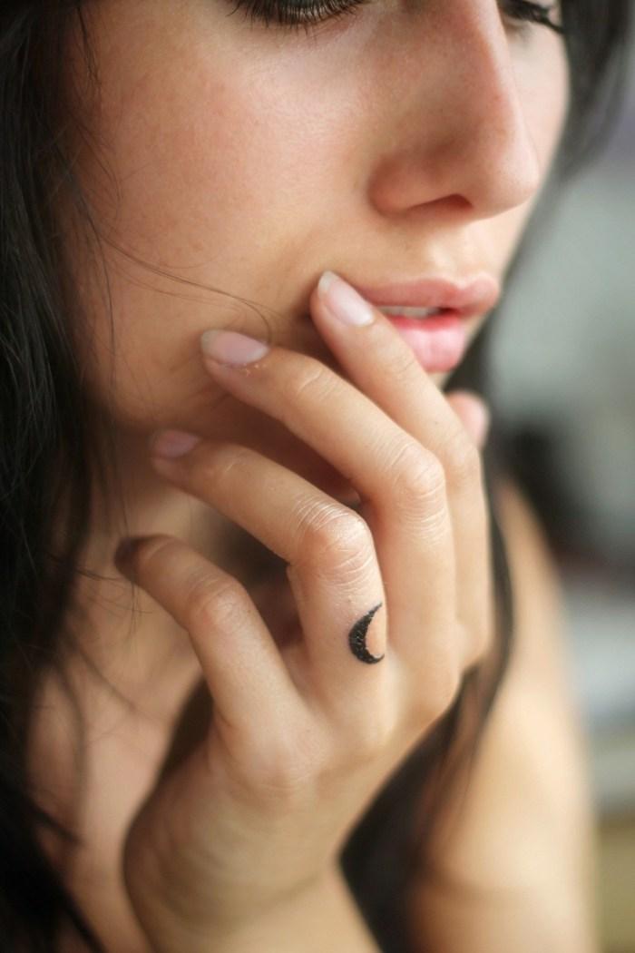 tatuaje-dedo-opciones-luna-ideas