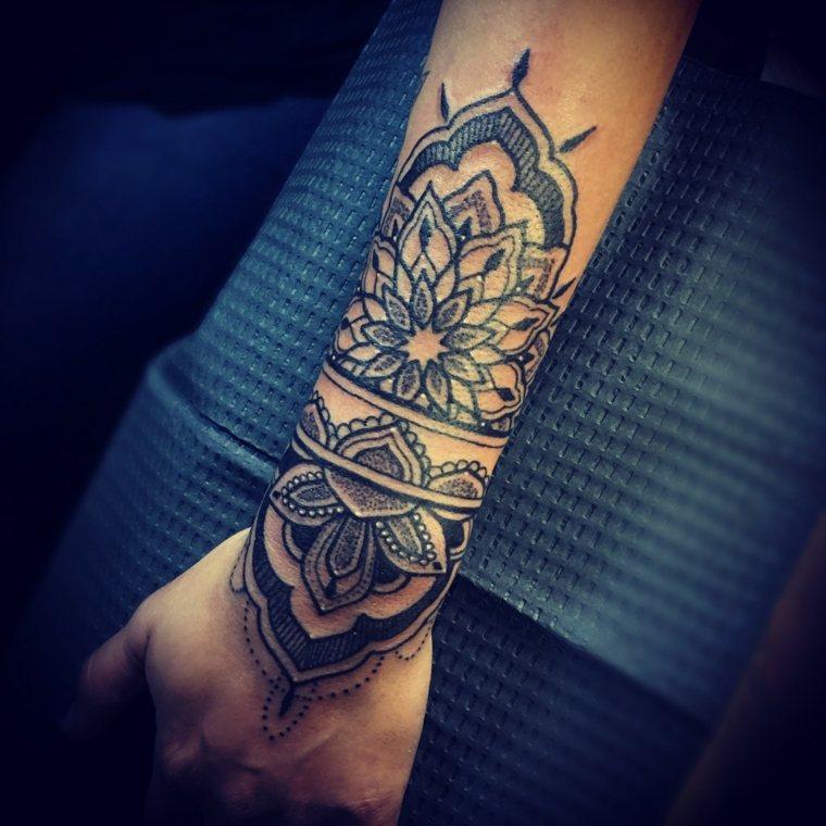 tatuaje-mandala-flor-ideas-mano