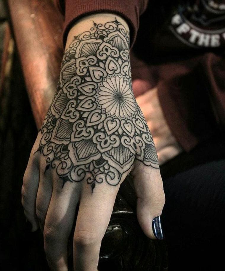 tatuaje-mandala-mano-mujer