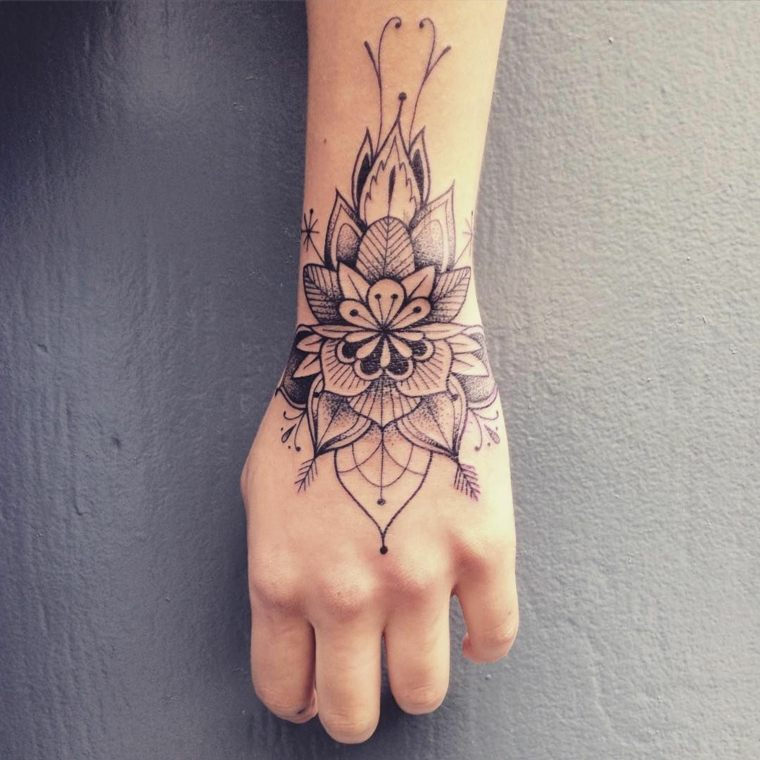 tatuaje-mano-mujer-mandala-ideas