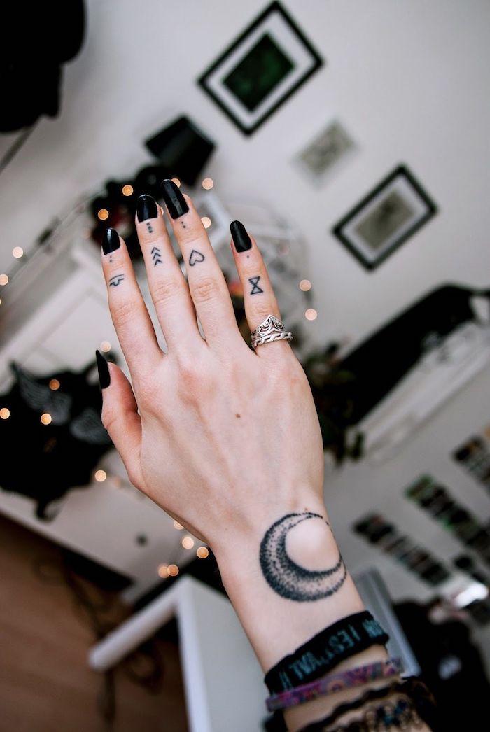 tatuajes-pequenos-manos-mujer-opciones