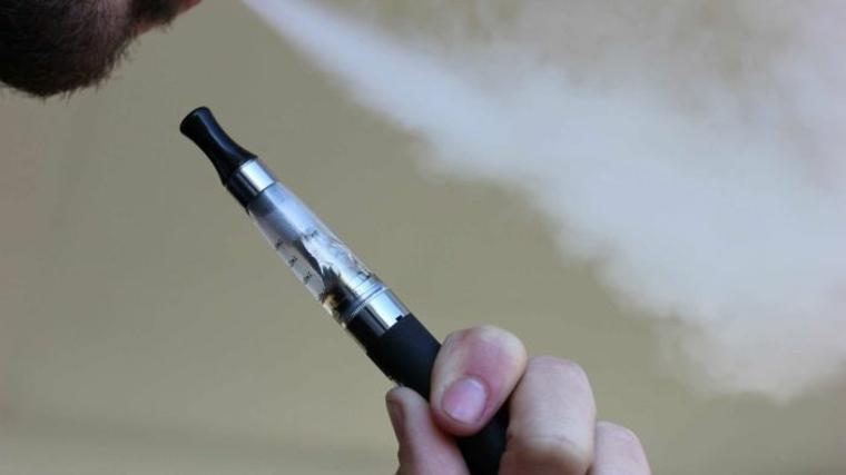 Cigarro electrónico con líquido