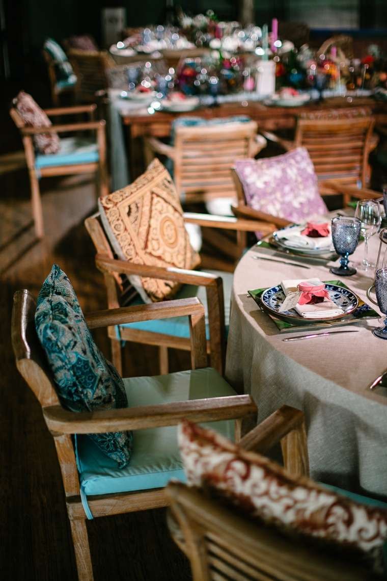 boda-estilo-boho-gitano-centro-sillas-cojines