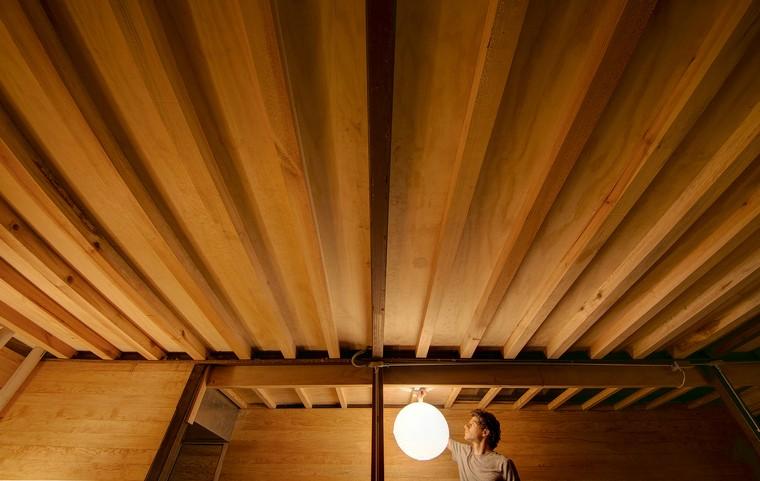 casa-flotante-bosque-interior-iluminacion