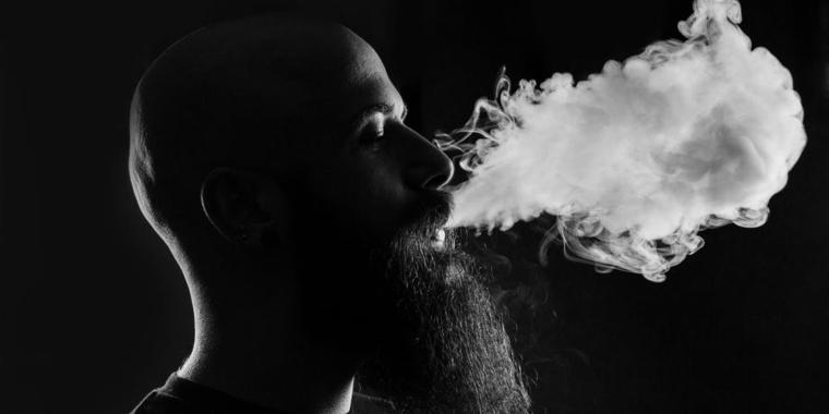 hambre con barba fumando