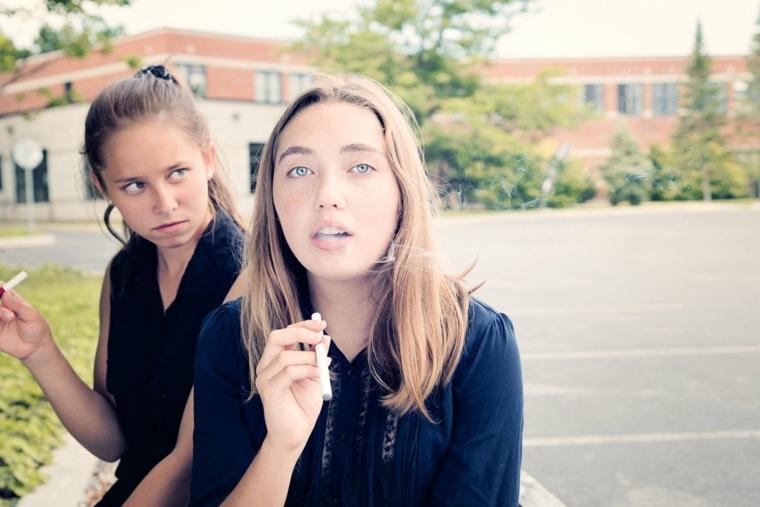 jóvenes fumando