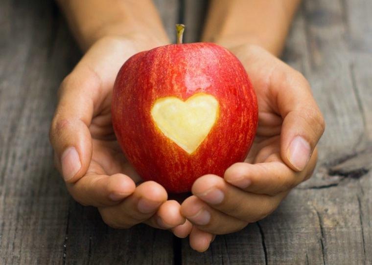 manzana roja con corazón