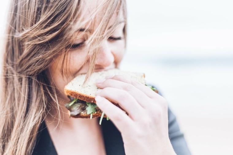 mujer comiendo bocadillo