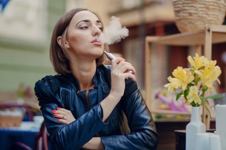 mujer fumando cigarro electrónico