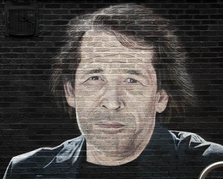 retrato sobre ladrillos
