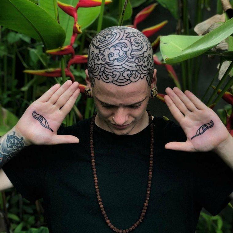 tatuajes modernos en la cabeza