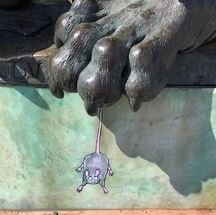 ejemplo de arte urbano raton en las garras del leon